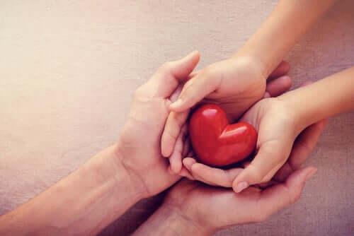 Mãos envolvendo coração