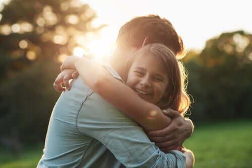 Menina feliz abraçando seu pai