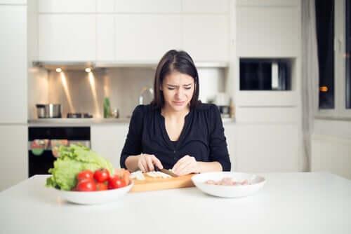 Mulher chorando por cortar cebola