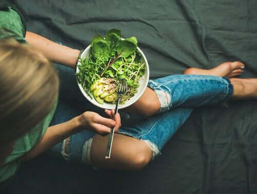 Mulher mantendo uma alimentação consciente