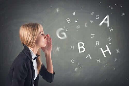 Quais são os sintomas da síndrome do sotaque estrangeiro?