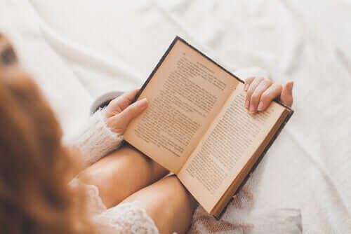 Mulher lendo na cama