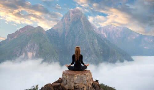 Mulher meditando em montanha