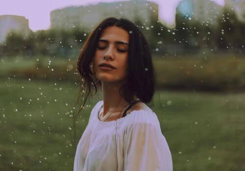 Mulher apreciando a chuva