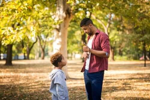 Pai educando filho