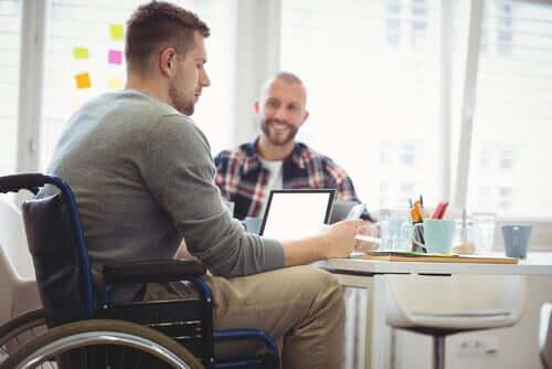 Homem trabalhando em cadeira de rodas