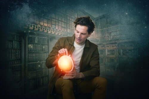 Rapaz com globo de luz nas mãos