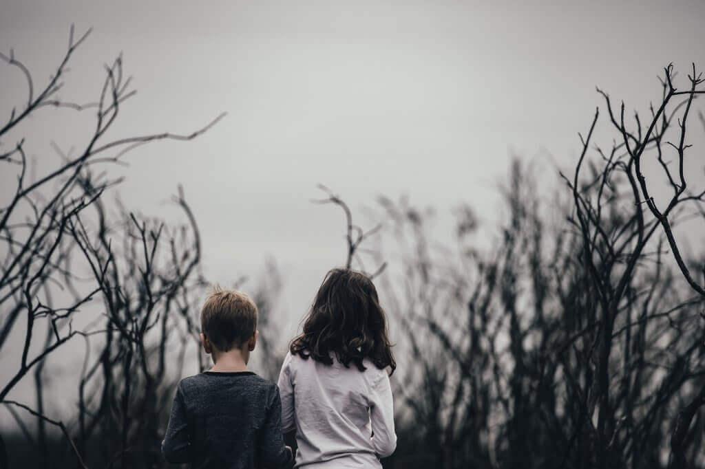 Crianças andando em uma terra queimada e seca