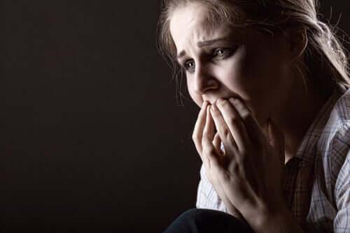 Menina sentindo medo intenso