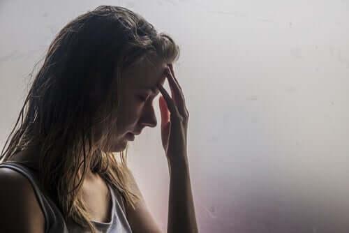 Menina com dor de cabeça