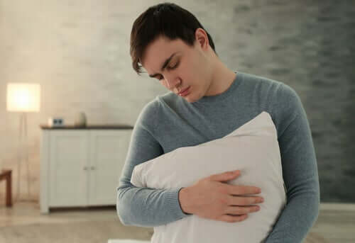 Garoto abraçando travesseiro