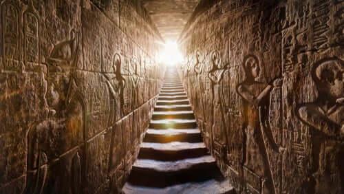 Interior de pirâmide egípcia