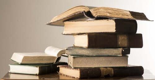 Pilha de livros antigos