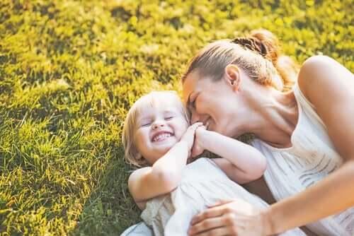 Mãe demonstrando amor incondicional pela filha