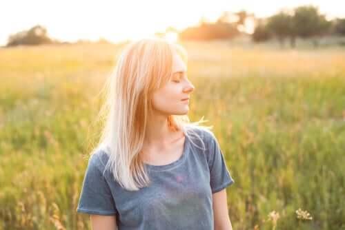 Garota tranquila em um campo