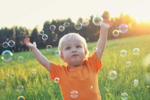Criança brincando com bolas de sabão