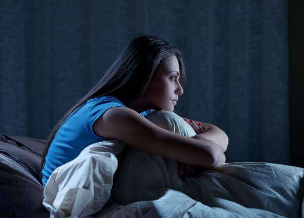 Mulher acordada por insônia