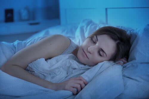 Mulher dormindo em sua cama