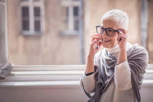 Mulher mais velha falando ao telefone