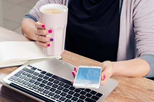 Mulher com o celular no trabalho