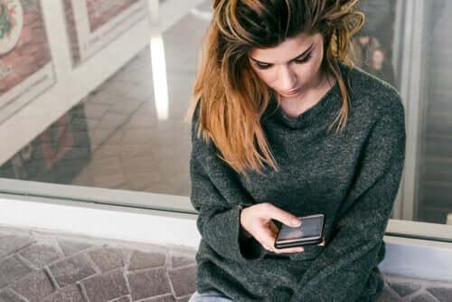 Mulher observando seu celular