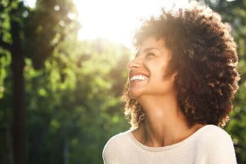 Mulher sorrindo com otimismo