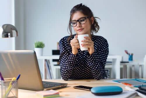 Mulher tomando café no trabalho