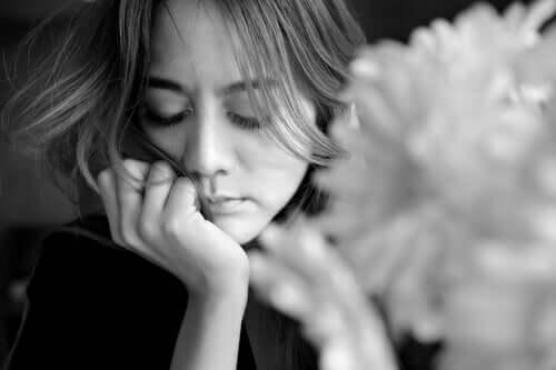 Mulher triste e pensativa