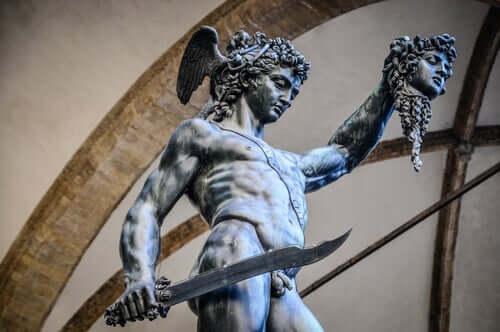 Perseu segurando a cabeça de Medusa
