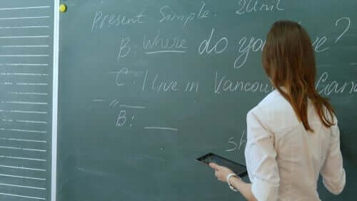 Professora dando aula de inglês