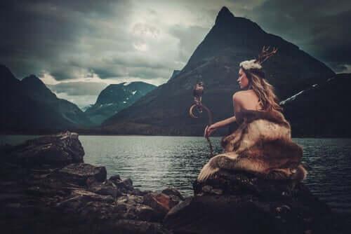 Deusa sentada em lago