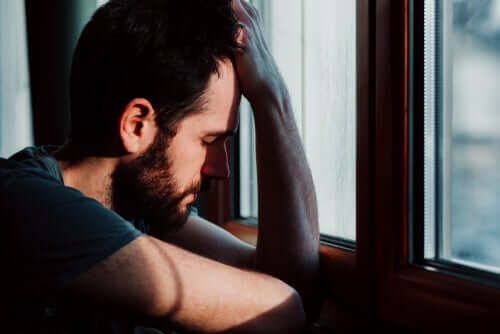Homem preocupado e ansioso