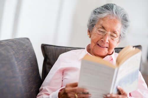 Senhora idosa lendo um livro