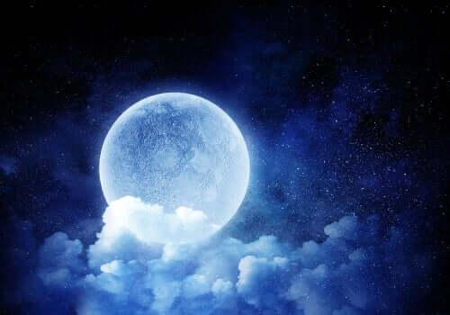 Lua cheia atrás das nuvens