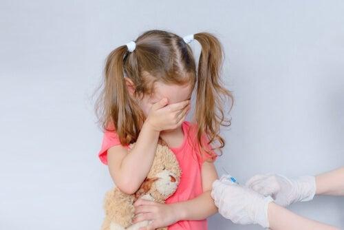 Criança com medo de tomar vacina