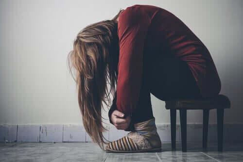 Mulher tendo crise de abstinência