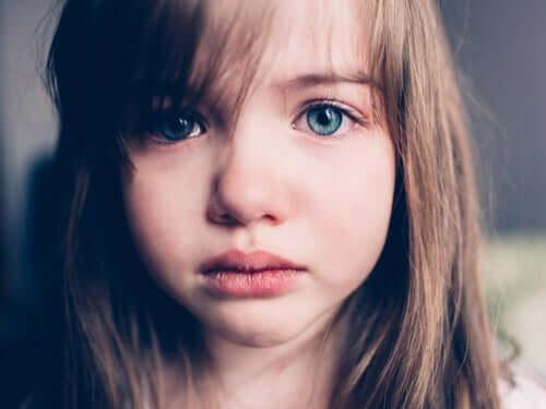 Criança sofrendo com família disfuncional