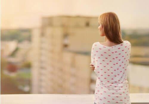 Mulher em paisagem urbana