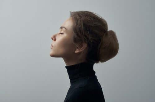 Mulher refletindo de olhos fechados