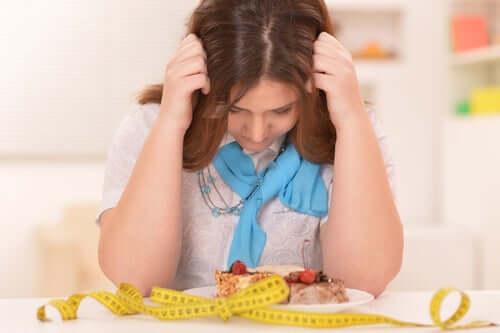 Mulher preocupada com a dieta