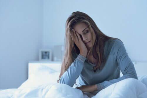 Mulher desanimada em sua cama