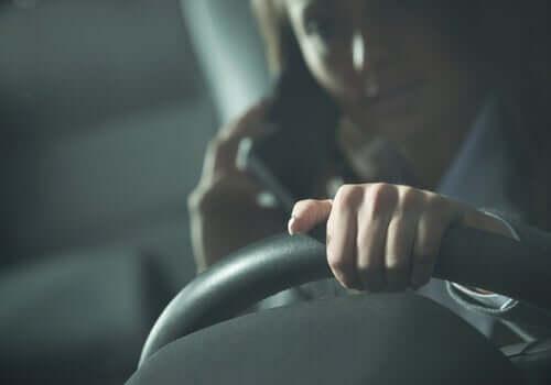 Mulher dirigindo falando no celular