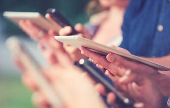 Pessoas usando tablets e celulares