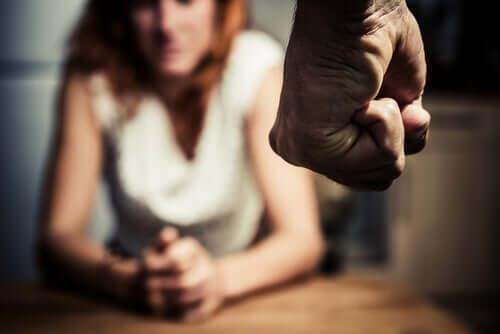 Homem ameaçando bater em mulher