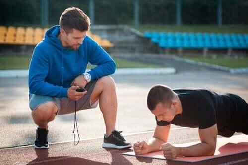Homem treinado com personal trainer