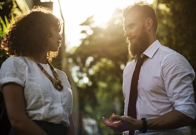 Casal conversando para resolver problema
