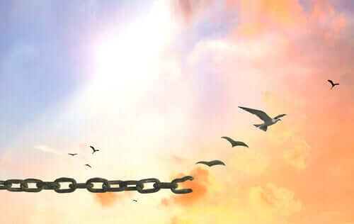 Pássaros se libertando de correntes