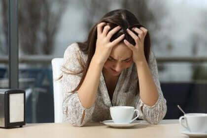 Mulher sofrendo crise de ansiedade