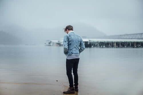 Homem sozinho em praia no frio
