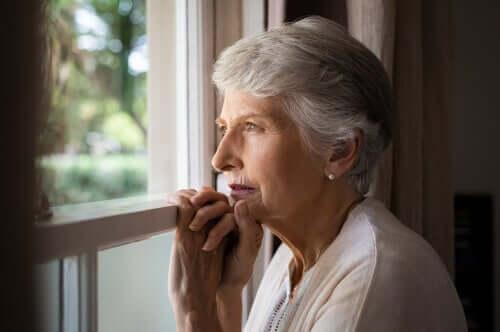 Senhora idosa na janela